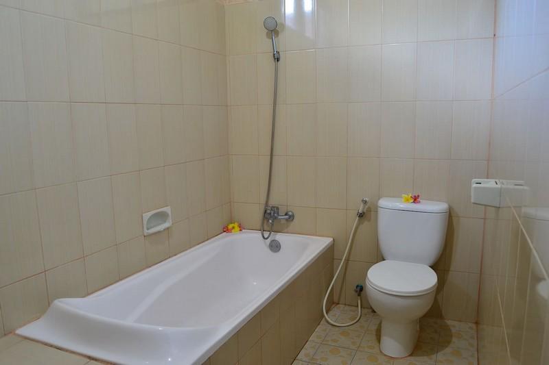 danasari_homestay_ubud_bali_room_ac_bathroom