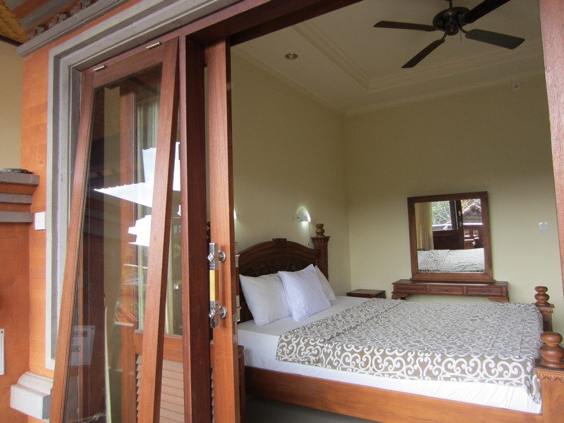 danasari_homestay_ubud_bali_std_room_garden_view_bedroom (2)