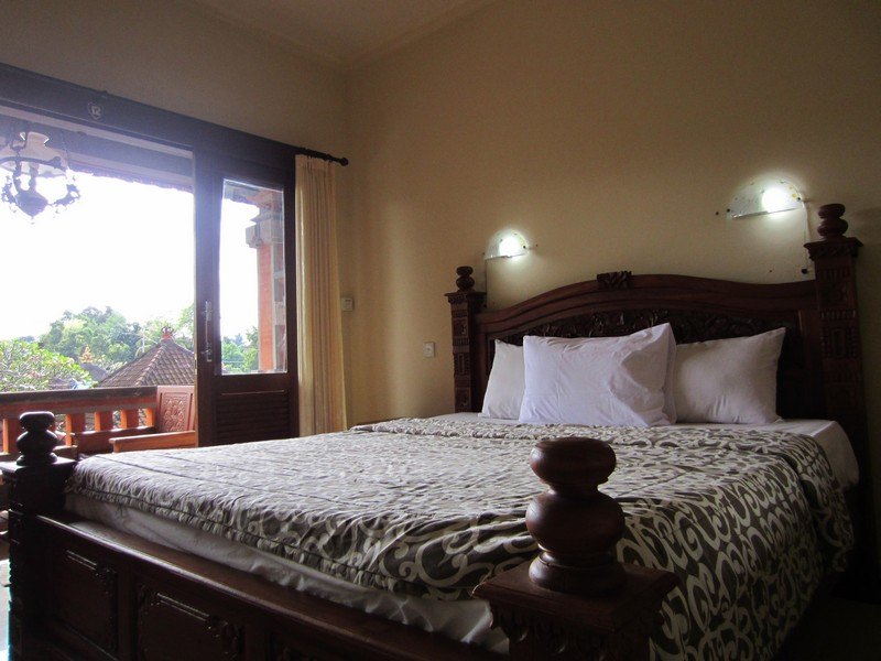 danasari_homestay_ubud_bali_std_room_garden_view_bedroom