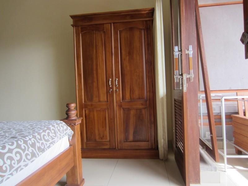 danasari_homestay_ubud_bali_std_room_garden_view_wardrobe