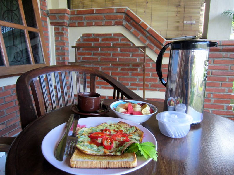 danasari_homestay_ubud_bali_std_room_rice_view_breakfast